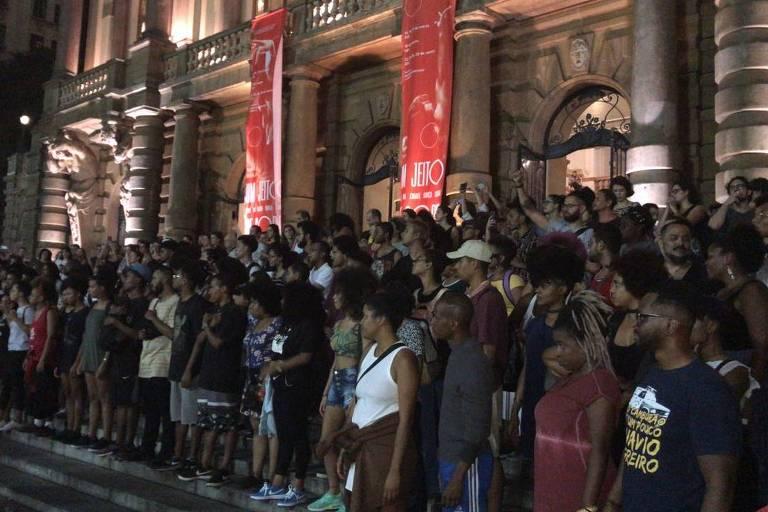 Grupo de ativistas negros protesta na escadaria do Theatro Municipal de São Paulo após a morte da vereadora carioca Marielle Franco