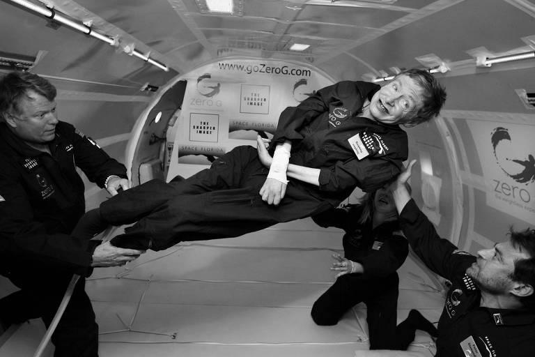 Hawking durante a realização de um dos seus sonhos: flutuar; experiência ocorreu em avião que simula ausência de gravidade, na Flórida (EUA)