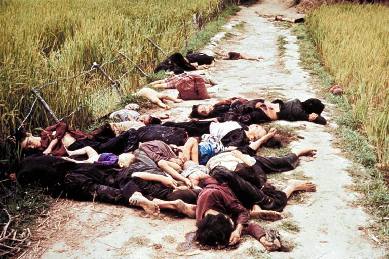 Mulheres e crianças aparecem mortos em estrada rural de My Lai, durante o massacre ao vilarejo