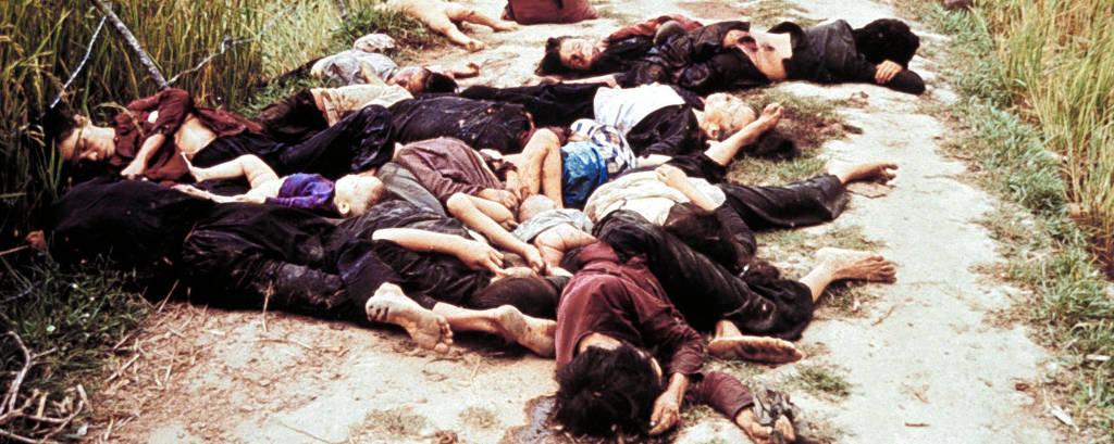 crianças e mulheres mortas em estrada de terra no campo