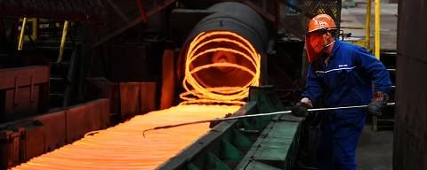 A Chinese employee sorts hot red steel at a steel plant in Zouping in China's eastern Shandong province on March 5, 2018. China warned on March 4, 2018, that it was ready to hit back if the United States damaged its economic interests, fuelling fears of a trade war after President Donald Trump unveiled tariffs on steel and aluminium. / AFP PHOTO / - / China OUT ORG XMIT: ZQ2623