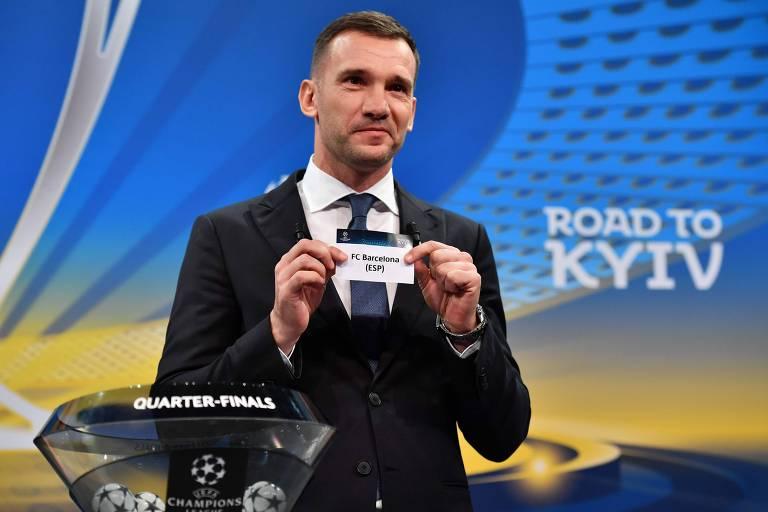 Foto mostra homem segurando papel com o nome do time Barcelona durante sorteio das quartas de final da Liga dos Campeões que foi realizado nesta sexta-feira (16)