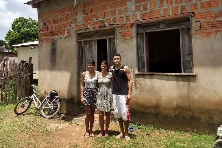 Maria Luiza, Vanuzia e Agleuson em frente à casa da família