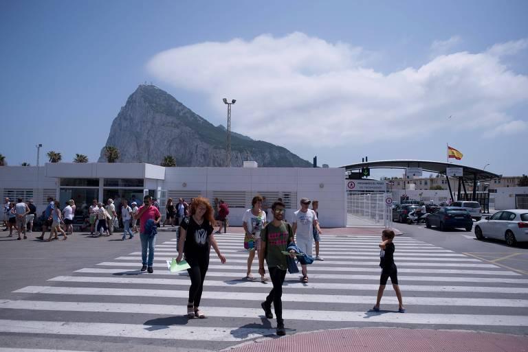 Pessoas cruzam a fronteira entre Gibraltar e a Espanha
