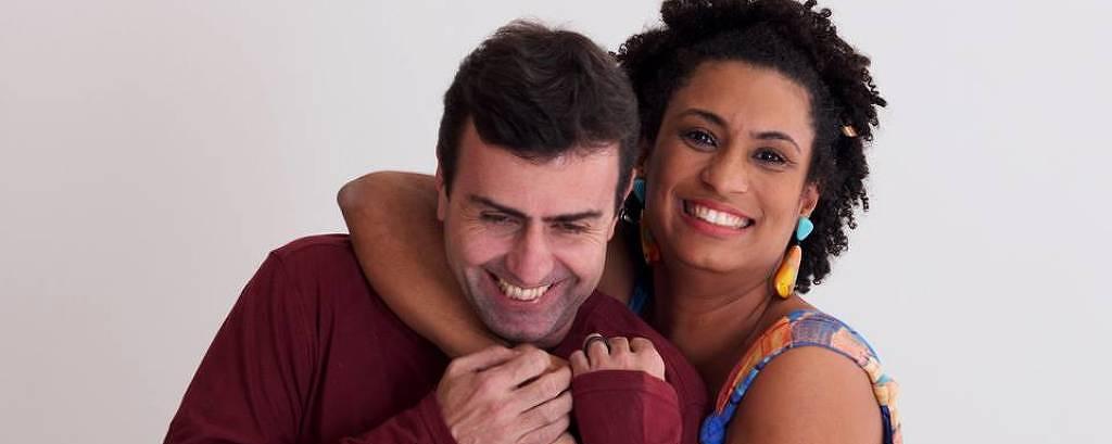 Foto postada pelo deputado estadual Marcelo Freixo em seu perfil no Facebook mostra ele sendo abraçado pela vereadora Marielle Franco, assassinada no Rio