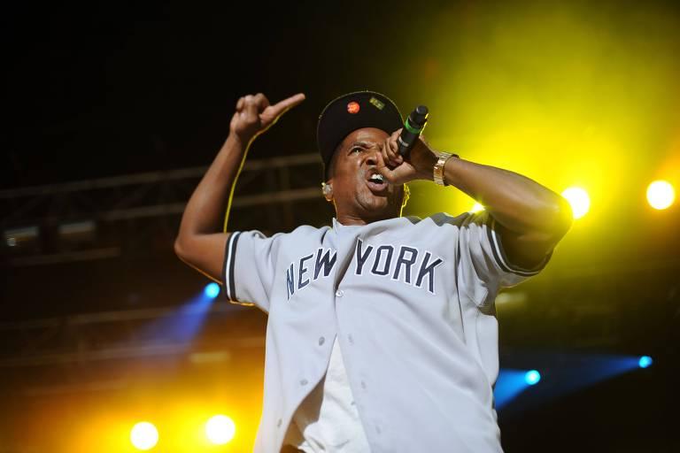 cantor negro com microfone em show de hip hop
