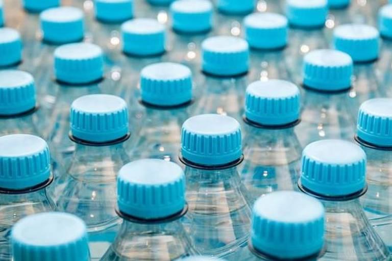 Imagem mostra parte superior de inúmeros garrafas de água