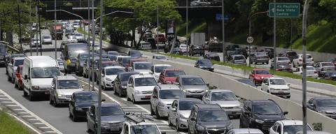 SAO PAULO, SP, 18.01.2018: COTIDIANO-GREVE DOS METROVIARIOS - Motoristas enfrentam transito congestionado na avenida 23 de maio, proximo ao pq. ibirapuera, durante dia de greve dos metroviarios de Sao Paulo nesta quinta feira. Os metroviarios manifestam contra a concessao a iniciativa privada de duas linhas do Metro, a 5-Lilas e a 17-ouro (monotrilho) feita pela gestao Geraldo Alckmin (PSDB). (Nelson Antoine/Folhapress, COTIDIANO) ***EXCLUSIVO FOLHA***