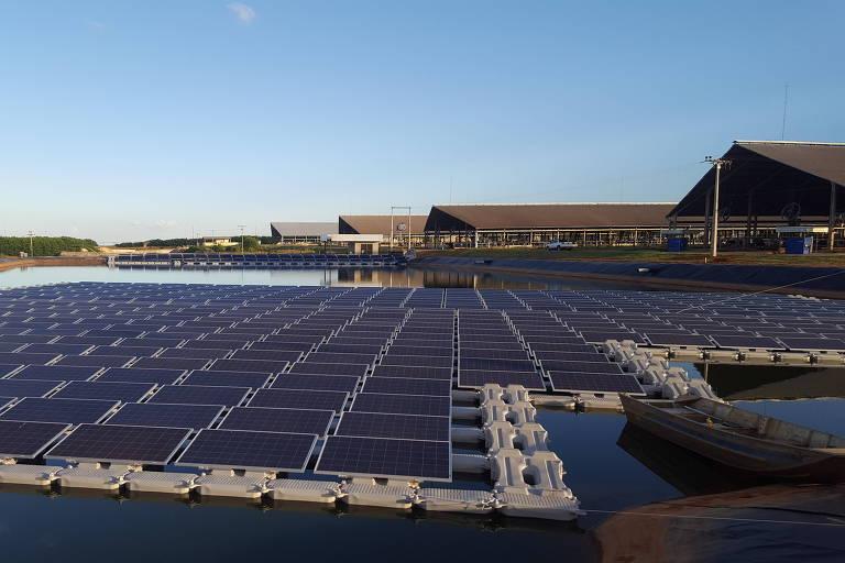 A usina fotovoltaica da fazenda Figueiredo, em Cristalina, em Goiás, usa painéis solares flutuantes