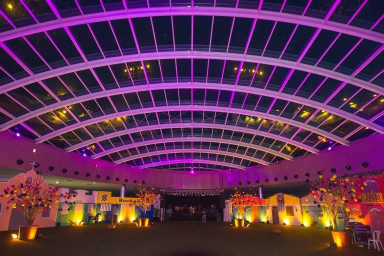 Área para eventos com luz roxa