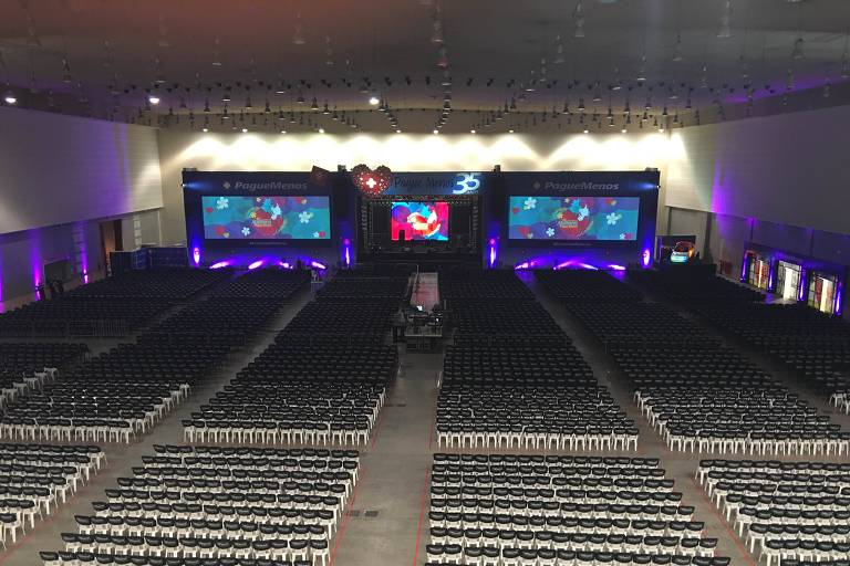 Auditório para eventos, com telão e filas de cadeiras