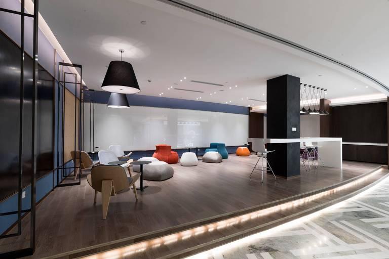 Sala com pufes coloridos e chão de madeira
