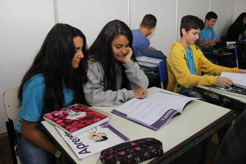 Alunos do Colégio Estadual José Peixoto, em Nova Veneza (GO), manipulando o caderno Aprender + na sala de aula