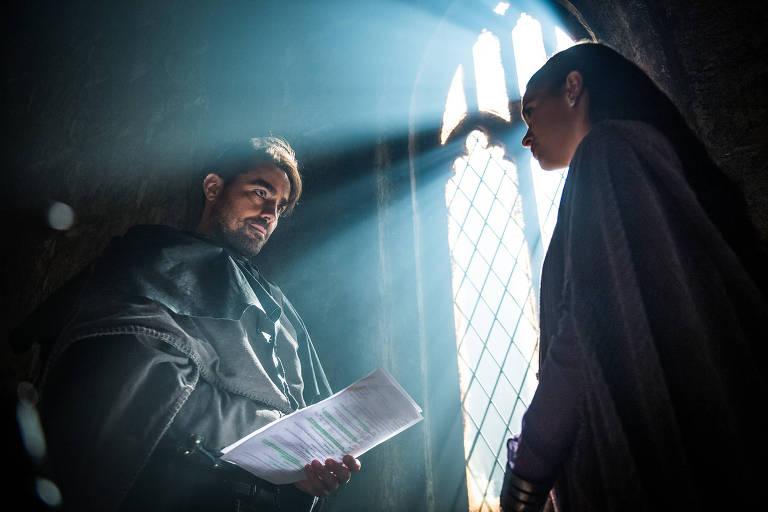 Ricardo Pereira e Bruna Marquezine em cena de 'Deus Salve o Rei'