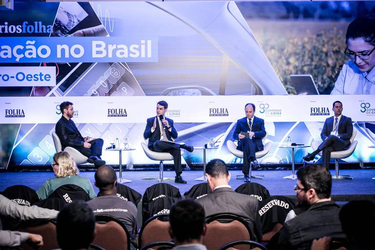 Da esq p/ dir.: o repórter da Folha Everton Lopes, Fabricio Motta (prof de direito da UFG), Joaquim Mesquita (secretario de Gestao e Planejamento de Goiás ) e Pedro Luiz Cavalcante (coordenador do Ipea) no evento da Folha em Goiânia