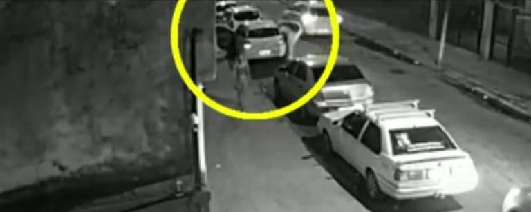 Câmera de segurança registra o momento em que Marielle entra em seu carro na quarta-feira (14)