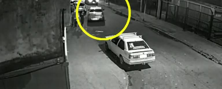 Câmera de segurança registra momento em que veículo que estava estacionado atrás do carro de Marielle Franco começa a segui-la
