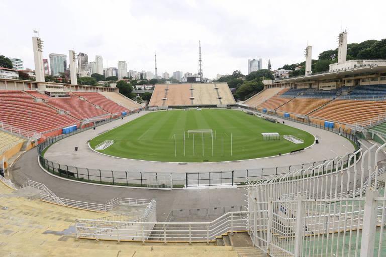 Vista panorâmica do Estádio do Pacaembu com as arquibancadas vazias
