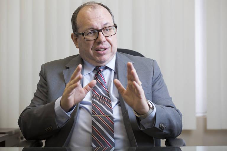 O procurador Márcio Christino gesticula durante entrevista à Folha