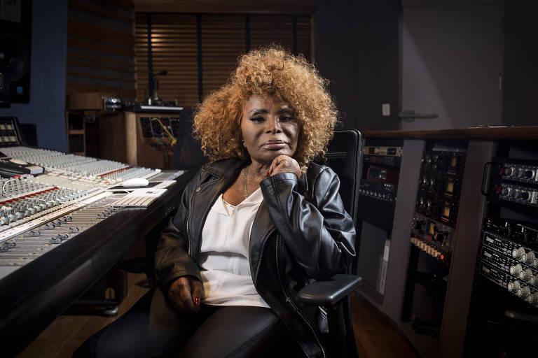 a cantora elza soares sentada em um estúdio de gravação