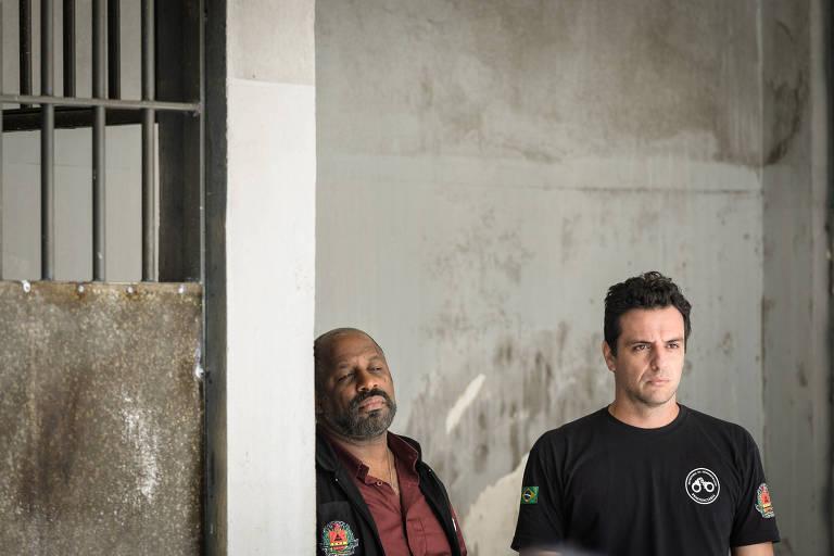 Juscelino (Aílton Graça) e Adriano (Rodrigo Lombardi), personagens de 'Carcereiros' (Globo)