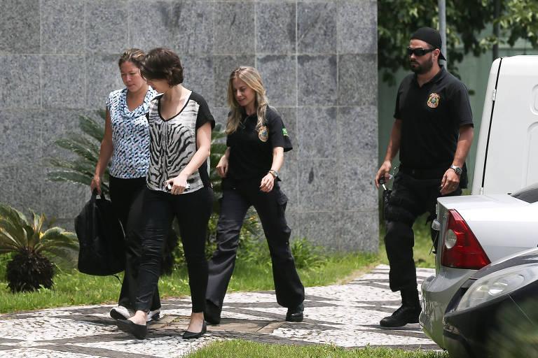 Policiais federais conduzem duas mulheres à sede da Polícia Federal em São Paulo em etapa da Lava Jato