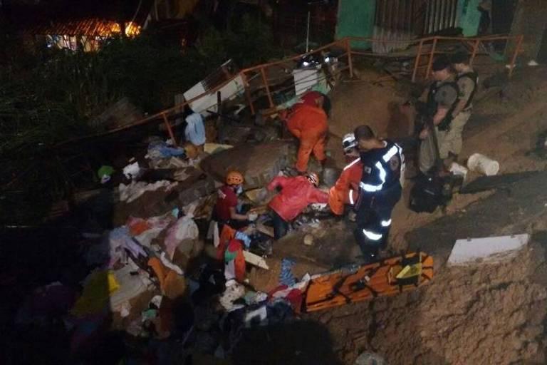 Bombeiros resgatam homem soterrado em deslizamento em Belo Horizonte nesta sexta-feira (16)