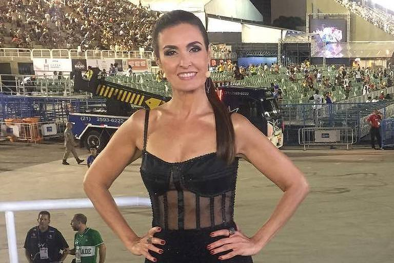 Fátima Bernardes durante desfile da 1ª noite de Carnaval 2018 no Rio