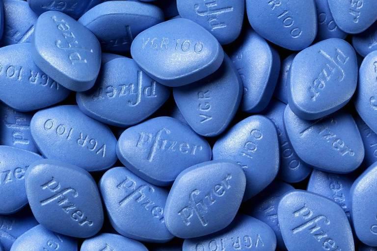Amontoados de pílulas azuis de Viagra, medicamento contra impotência sexual masculina
