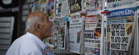 A man looks at the newspapers at a newsstand in central Athens, Monday, July 6, 2015. Greece?s finance minister has resigned following Sunday?s referendum in which the majority of voters said ?no? to more austerity measures in exchange for another financial bailout. (AP Photo/Emilio Morenatti) ORG XMIT: EM114