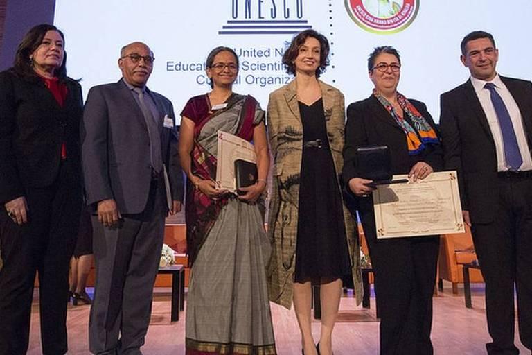 Dellagnelo com os premiados de Marrocos e Índia na Unesco; prêmio é voltado a ações de alcance amplo