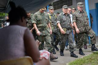 Exército faz operação de paz na Vila Kennedy