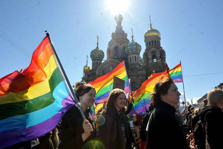 Ativistas protestam em São Petersburgo após lei contra a exibição de símbolos LGBT entrar em vigor em toda a Rússia, no ano de 2013