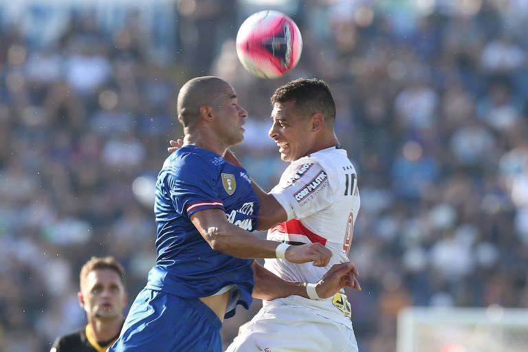 Jogadores do São Paulo e do São Caetano disputam a bola de cabeça