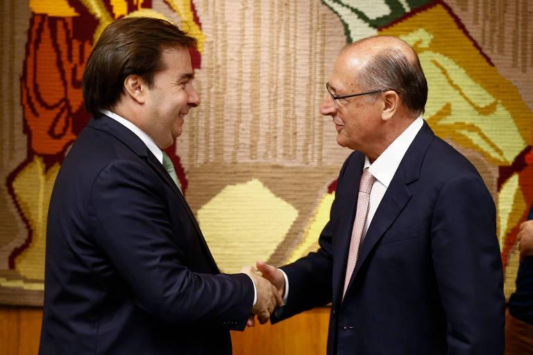 O governador de São Paulo, Geraldo Alckmin (PSDB), troca aperto de mão com o presidente da Câmara é recebido pelo presidente da Câmara, Rodrigo Maia (DEM-RJ), durante uma reunião no gabinete da presidência da Câmara dos Deputados, em Brasília. O encontro aconteceu em agosto de 2018.