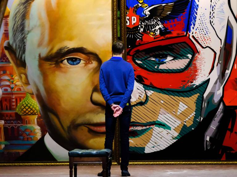 """Homem observa uma das obras em grafite da exposição """"Superputin"""", feita em homenagem ao presidente russo, em dezembro"""