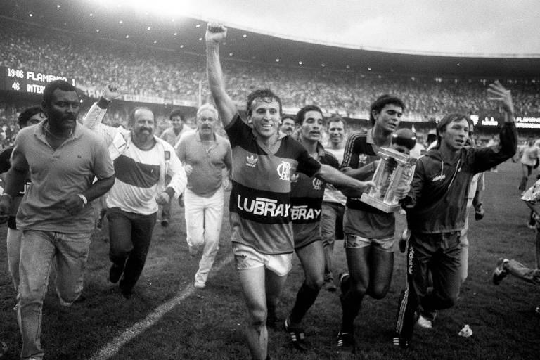 Zico lidera volta olímpica do Flamengo após vitória contra o Internacional na final do módulo verde da Copa União de 1987