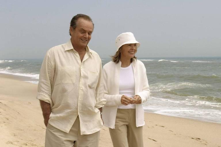 """Os atores Jack Nicholson e Diane Keaton andam por uma praia durante cena do filme """"Alguém Tem Que Ceder"""", de Nancy Meyers"""
