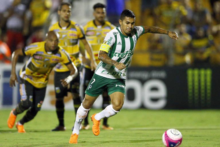 Jogador do Palmeiras se prepara para chutar a bola em cobrança de Pênalti