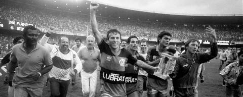 Futebol - Copa União, 1987: Flamengo 1 x 0 Internacional: o jogador Zico lidera volta olímpica do Flamengo após vitória contra o Internacional na final do módulo verde da Copa União de 1987, no estádio do Maracanã, no Rio de Janeiro (RJ). (Foto: Guilherme Pinto/Agência O Globo)