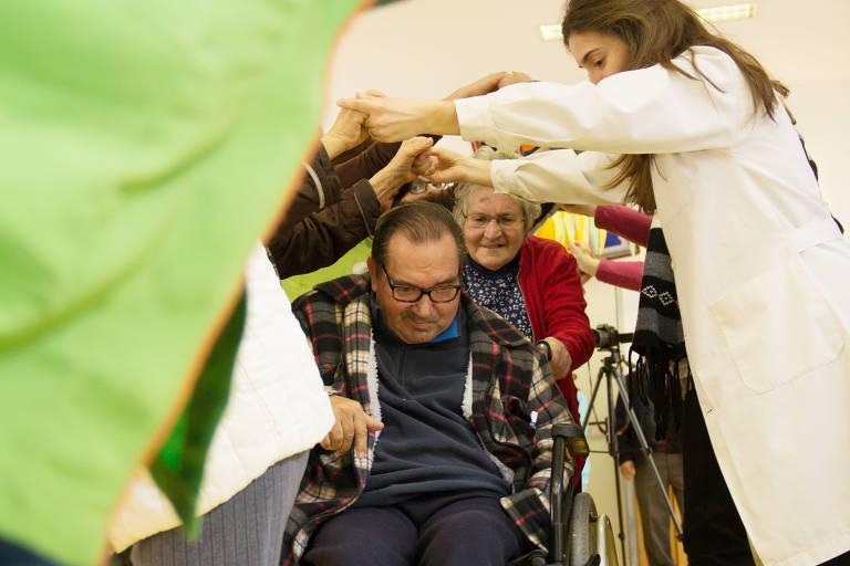 Dinâmica no Centro Comunitário de Galfanha do Carmo, no norte de Portugal. que usam humor como terapia