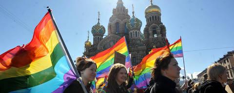 *** TOPSHOTS  Gay rights activists march in Russia's second city of St. Petersburg May 1, 2013, during their rally against a controversial law in the city that activists see as violating the rights of gays. AFP PHOTO / OLGA MALTSEVA ORG XMIT: MOW044 ORG XMIT: AGEN1305011431419459 DIREITOS RESERVADOS. NÃO PUBLICAR SEM AUTORIZAÇÃO DO DETENTOR DOS DIREITOS AUTORAIS E DE IMAGEM
