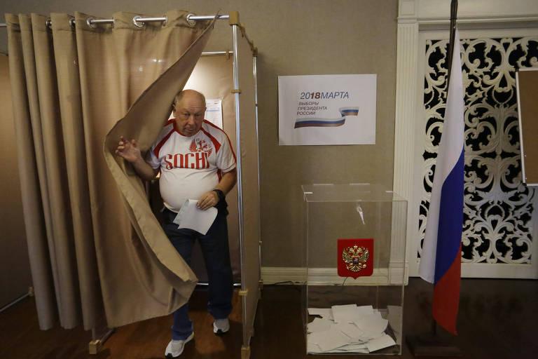 O professor de física Dimitri Gitman vota no consulado russo em São Paulo