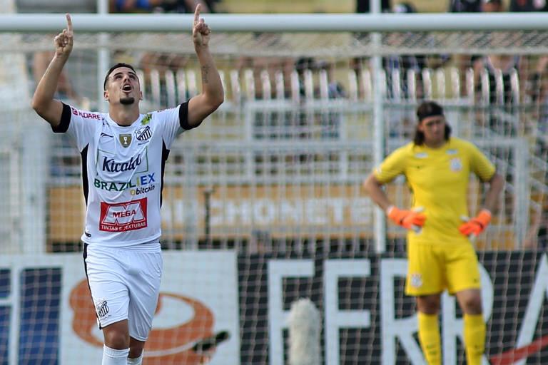 Matheus Vital comemora gol do Bragantino