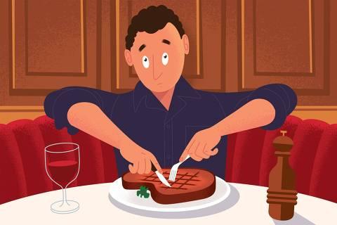 Homem, com garfo e faca, tenta cortar uma carne em seu prato