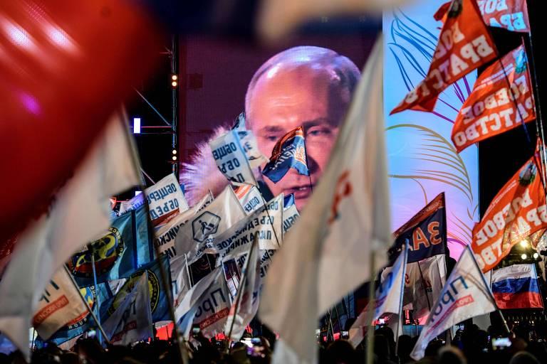Apoiadores de Vladimir Putin escutam o presidente reeleito durante comício em Moscou
