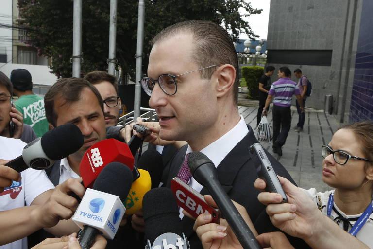 O advogado de Lula, Cristiano Zanin, fala com jornalistas ao chegar à sede da Polícia Federal para entrega do passaporte do petista em janeiro