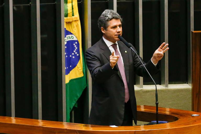 O deputado Paulo Teixeira (PT-SP) fala na Câmara em 2015; deputado foi porta-voz dos deputados durante  reunião sobre financiamento