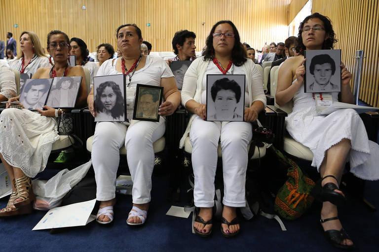 Sessão da Corte Interamericana de Direitos Humanos realizada no plenário do TST, onde representantes do governo colombiano reconhecem os desaparecidos no caso da desocupação do Palácio da Justiça em 1985. Familiares dos desaparecidos com fotos das vitimas durante a sessão.