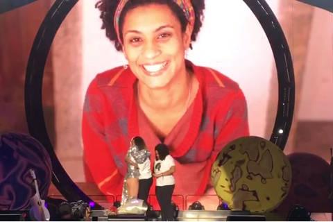 Katy Perry para show no Rio e faz homenagem aMarielle Franco
